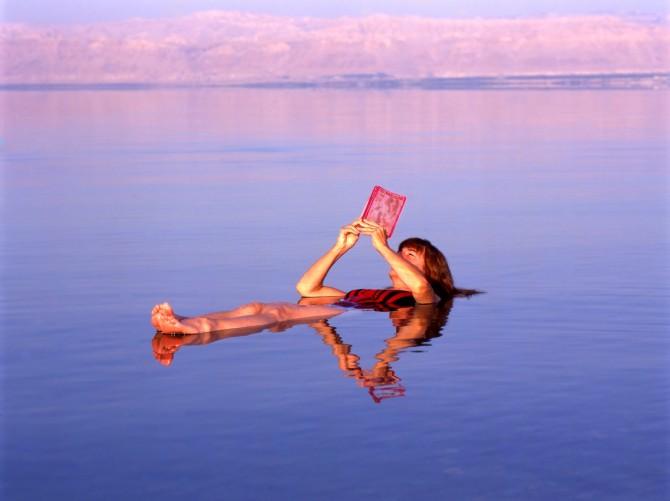 Фото: Отдых на мертвом море: можно лежать и читать газету