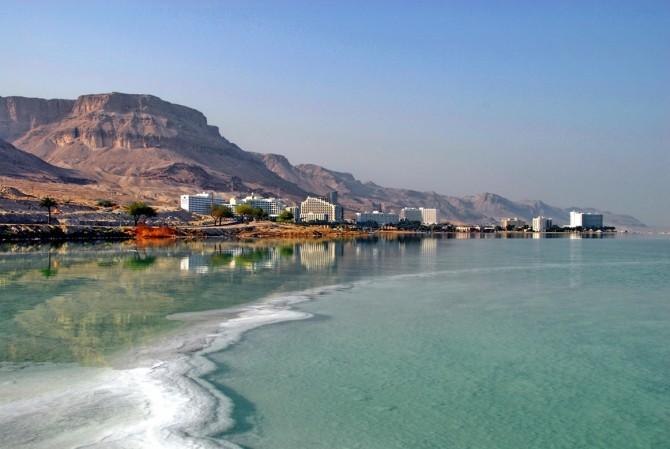 Фото: Побережье Мертвого моря: видно соляные отложения на дне