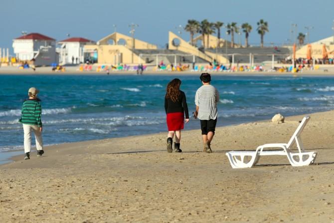 Фото: Пляж Нетании: красивое синее море и теплый песок