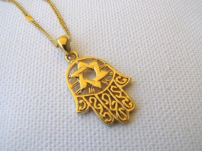 Фото: Талисман Хамса в виде золотого украшения