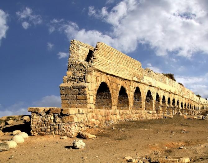 Фото: Сохранившийся акведук в Кейсарии, которым пользовались римляне