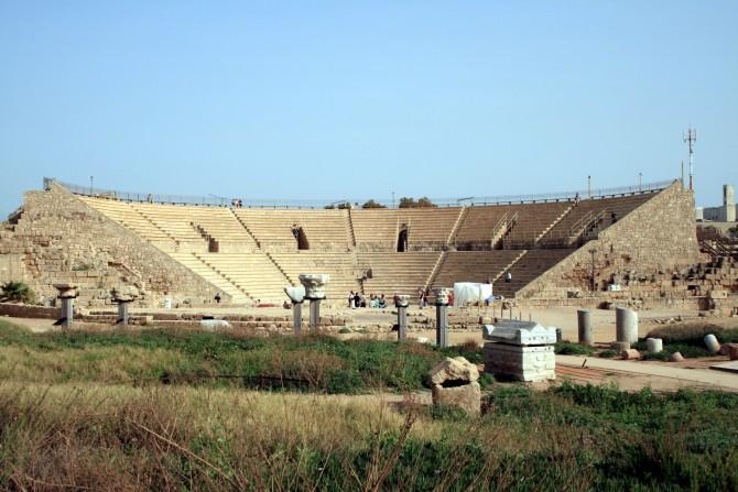 Фото: Амфитеатр в Кейсарии - тут иногда проводятся выступления