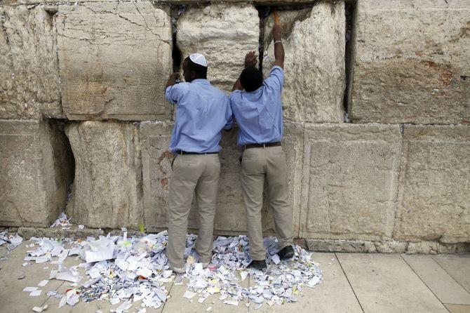 Фото: Вытаскивание записок из Стены Плача для захоронения на Масляничной горе