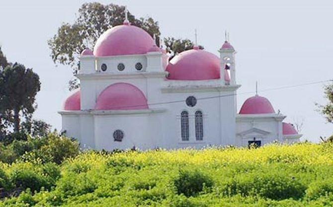 Фото: Знаменитая греческая церковь с розовыми куполами в Капернауме